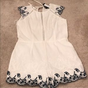 NWT Romeo & Juliet white embroidered romper Small